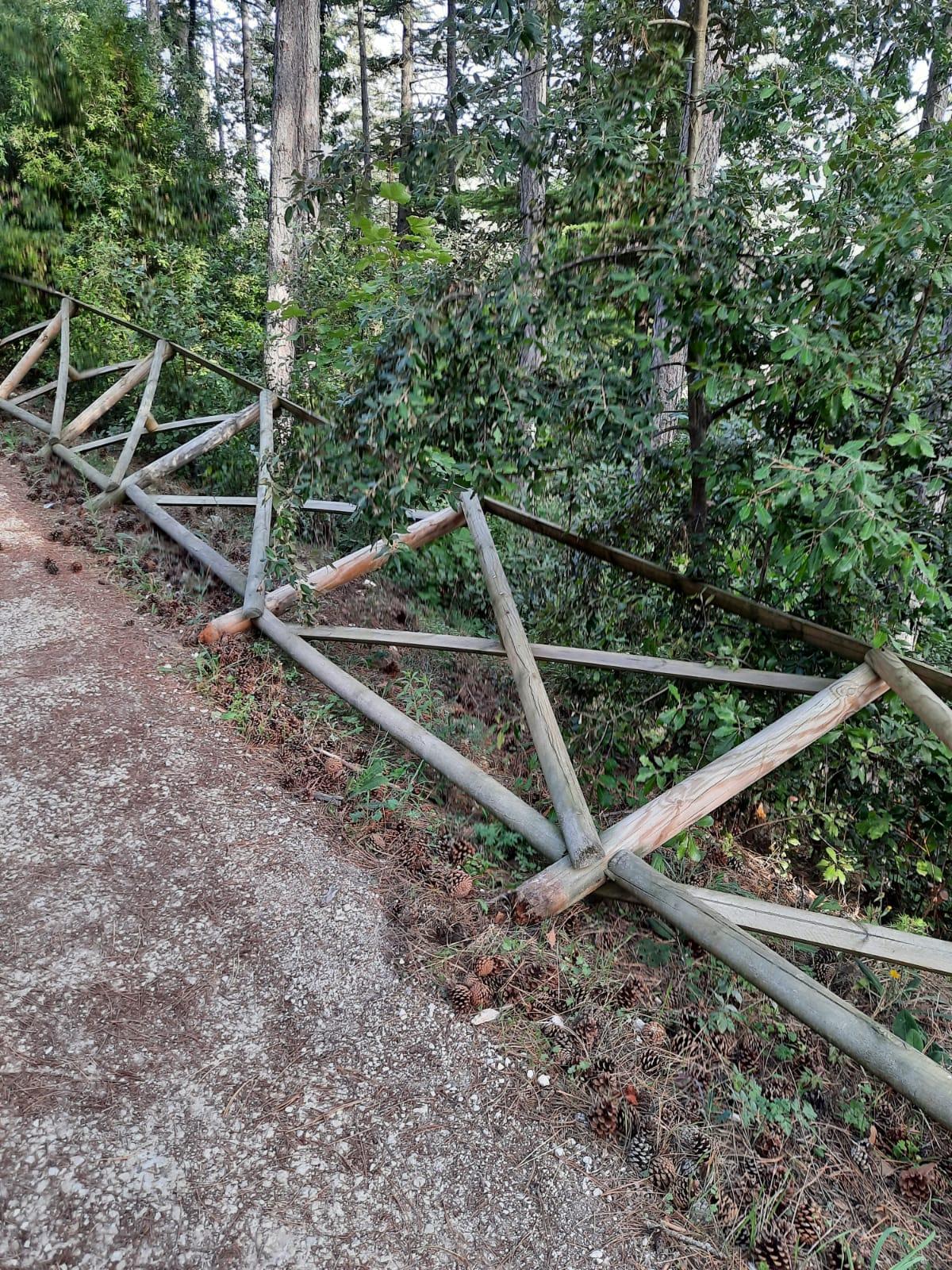 L'Aquila, atti vandalici al parco del Castello